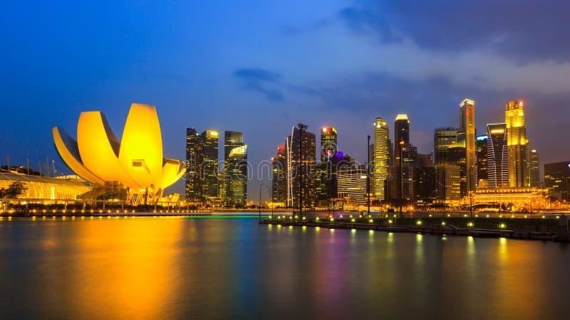 De stad van Singapore in zonsondergangtijd, Marina Bay stock foto