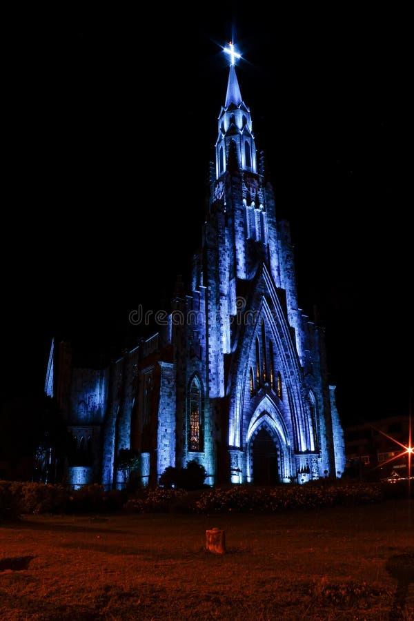 De stad van de steenkathedraal Canela/Gramado met blauwe verlichting, Rio Grande Do Sul, Brazilië - Kerkstad Canela Rio Grande Do royalty-vrije stock foto's