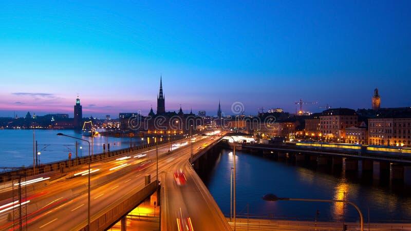 De stad van Stockholm bij nacht stock foto