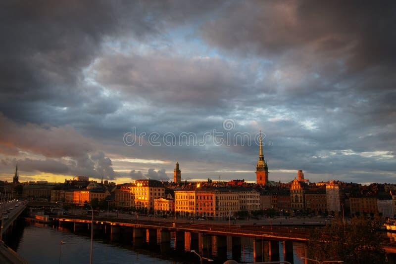 De stad van Stockholm in de avond stock afbeeldingen