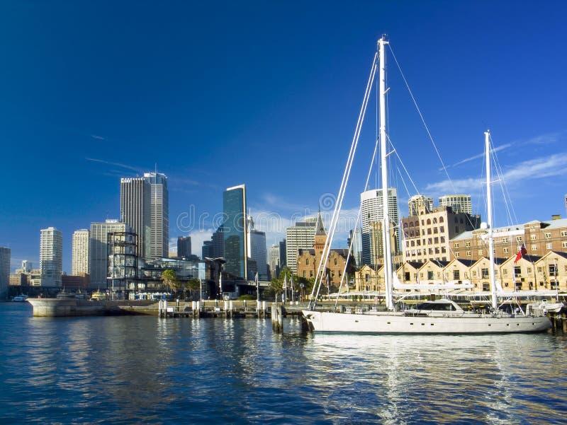 De stad van Sydney en een jacht royalty-vrije stock afbeelding