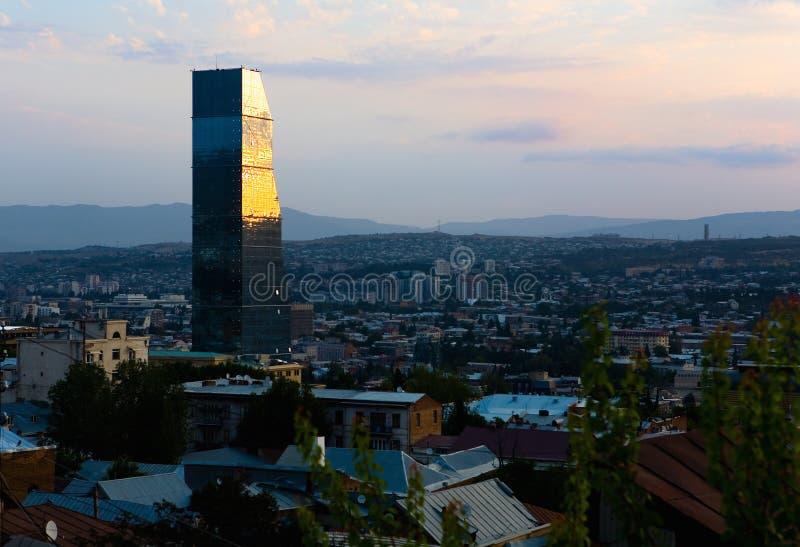 De stad van Tbilisi bij dageraad royalty-vrije stock foto