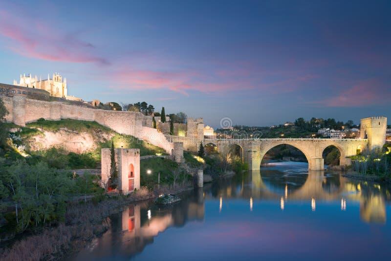De stad van Toledo tijdens schemeringnacht Landschap van Toledo, Unesco-Werelderfenis De historische bouw dichtbij Madrid, Spanje royalty-vrije stock foto's