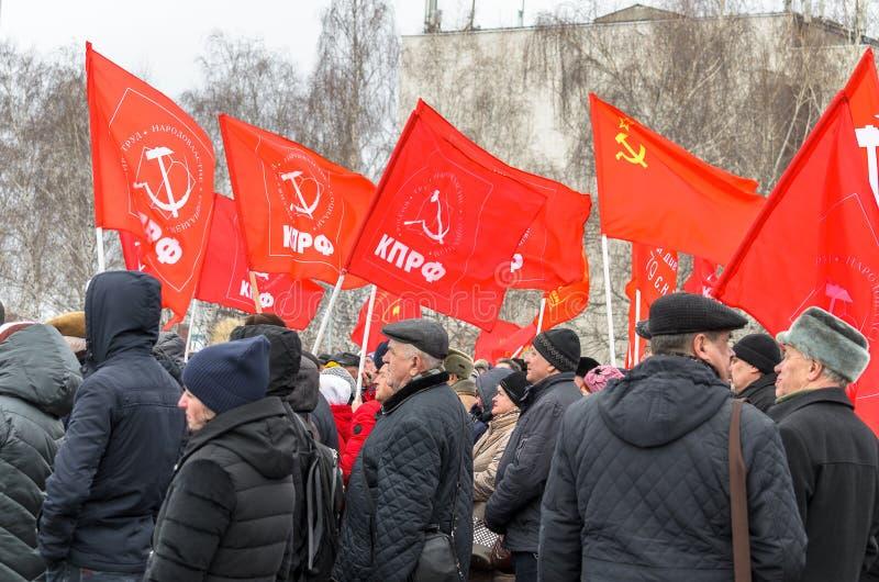 De stad van Ulyanovsk, Rusland, march23, 2019, Mensen met rode vlaggen bij een protest verzamelt tegen toenemende sociale onrecht stock afbeelding