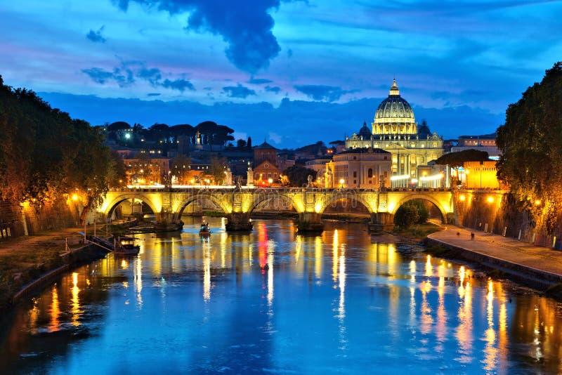 De Stad van Vatikaan met verlichte bezinningen, Rome, Italië royalty-vrije stock foto's
