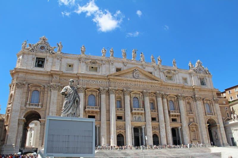 De Stad van Vatikaan, Rome, Italië - Augustus 18, 2015: Weergeven van de voorgevel van de St Peter Basiliek in de Stad van Vatika royalty-vrije stock fotografie