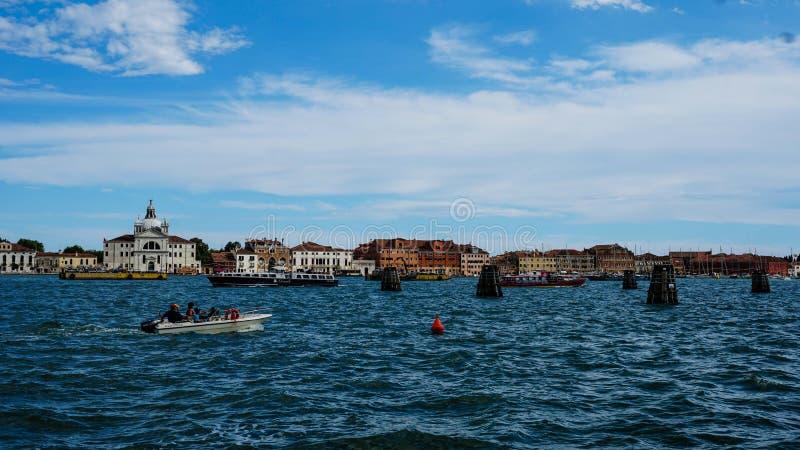 De stad van Venetië onder de hemel stock afbeeldingen