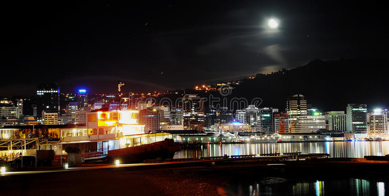 De stad van Wellington bij nacht stock afbeeldingen