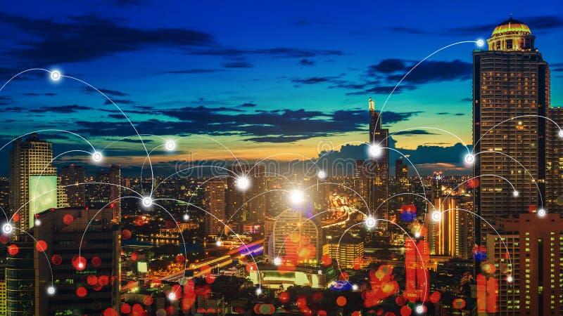 De stad van de wolkenkrabbernacht met verbindingspictogrammen Slimme mededeling royalty-vrije stock afbeelding