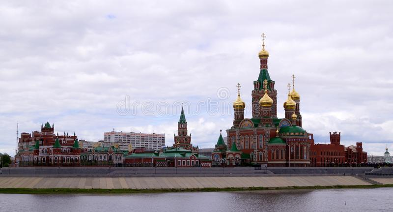 De stad van Yoshkarola, Mari El, Rusland De Waterkant Brugges Feestad met een mooie promenade royalty-vrije stock foto's