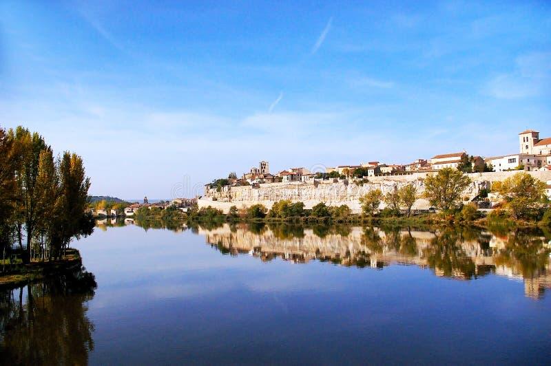 De stad van Zamora van de steenbrug over de rivier Duero Castilla en Leon spanje stock foto