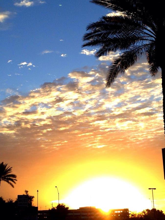 De stad zet zonsopgang om stock afbeeldingen