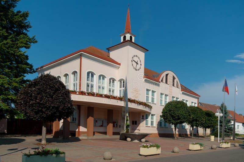 De stadhuisbouw in provincieplaats Velke Pavlovice stock fotografie