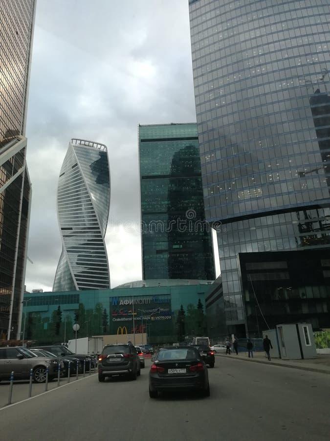 De stads commerciële van Moskou centrumgebouwen, auto's royalty-vrije stock afbeelding