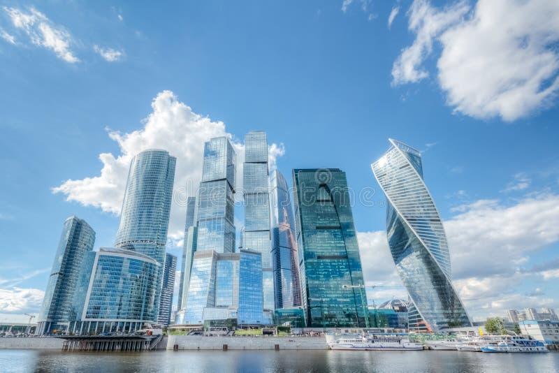 De stads commercieel van Moskou centrum onder een blauwe bewolkte hemel Moskou, Rus stock foto