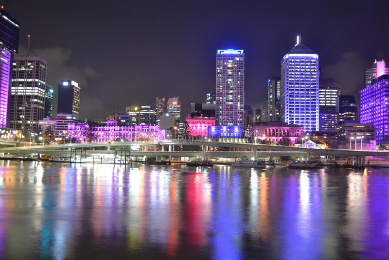 De stads kleurrijke lichten van Brisbane over rivier stock afbeelding