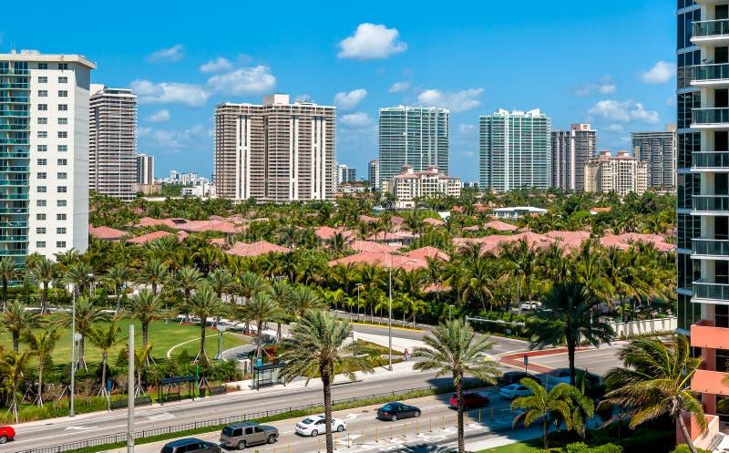 De stads stedelijke mening van Miami met palmen en huizen in dag, Florida royalty-vrije stock afbeeldingen