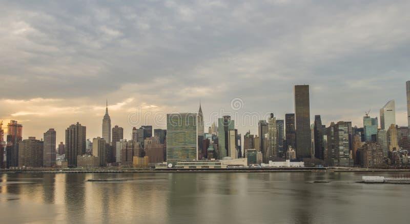 De Stads Uit het stadscentrum Panorama van New York bij zonsondergang stock foto's