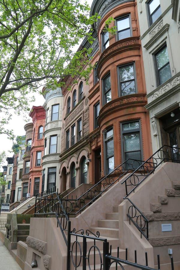 De Stadsbrownstones van New York bij de historische buurt van Vooruitzichthoogten royalty-vrije stock afbeeldingen
