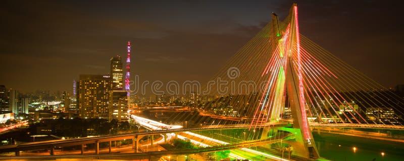 De stadsbrug van Sao Paulo bij nacht royalty-vrije stock foto's