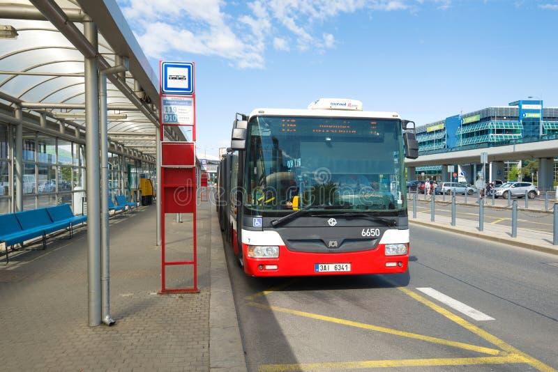 De stadsbus bij een einde bij de terminal van de luchthaven van Vaclav Havel Praag, Tsjechische Republiek stock foto