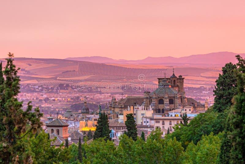 De stadscentrum van Granada en kathedraal tijdens zonsondergang stock foto's