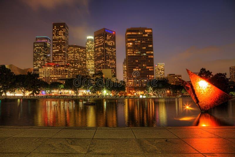 De stadscentrum van Los Angeles met het wijzen van op pool in de voorgrond bij nacht royalty-vrije stock foto