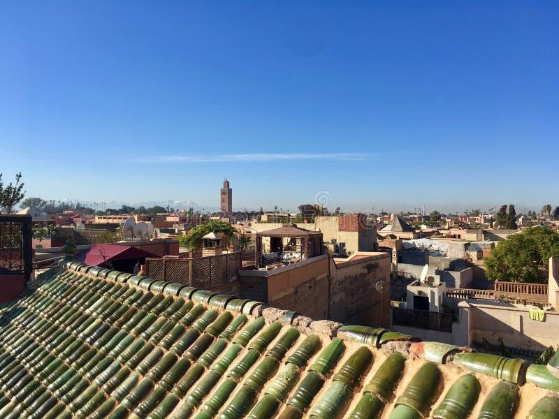 De stadscentrum van Marrakech uit vanaf een dakbovenkant met blauwe hemel, Maroc stock fotografie