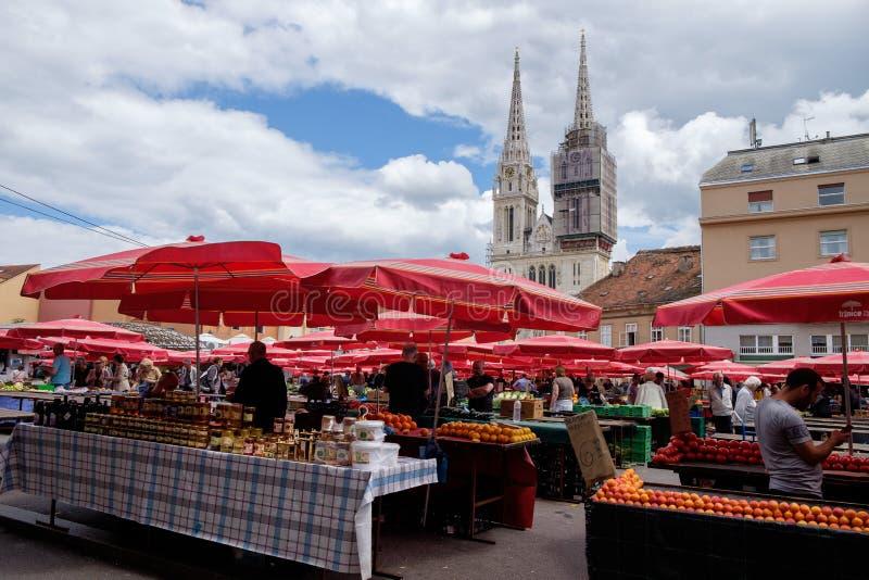 De stadscentrum van Zagreb van de Dolacmarkt en de Kathedraal op achtergrond royalty-vrije stock afbeelding