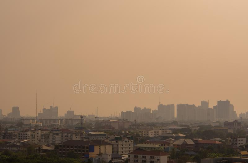 De Stadscityscape van Bangkok de stedelijke horizon van de binnenstad in de mist of smo royalty-vrije stock afbeelding