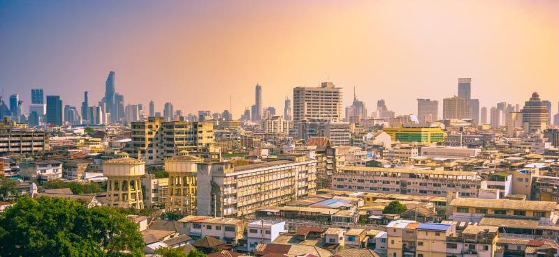 De Stadscityscape van Bangkok de stedelijke horizon van de binnenstad in de mist of de smog royalty-vrije stock fotografie