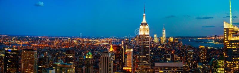 De Stadscityscape van New York in de nacht stock fotografie