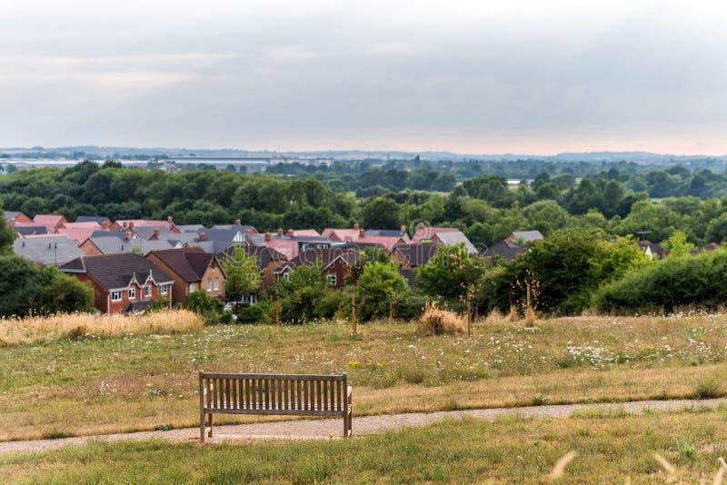 De Stadscityscape van Northampton horizon met bank inforeground het Verenigd Koninkrijk royalty-vrije stock afbeelding