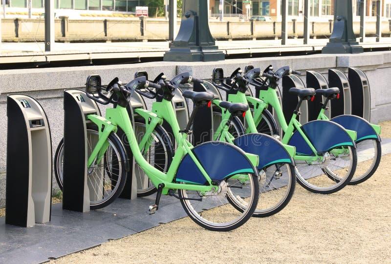 De Stadsfietsen van de fietshuur voor de fietsendockmotor van de huurhuur stock afbeelding