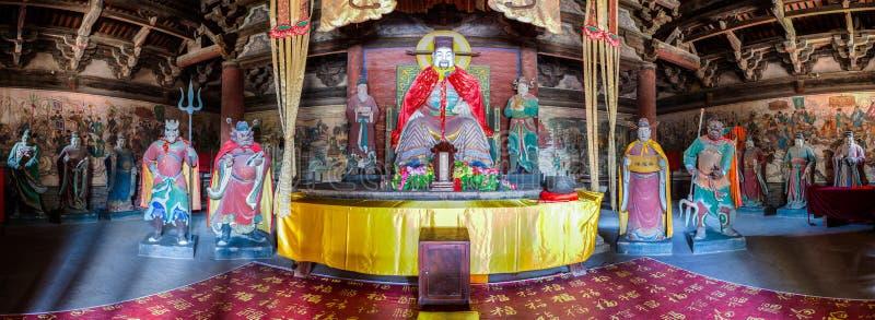 De stadsgod en zijn gevolg kleurden kleibeeldhouwwerken in de Tempel van de Stadsgod stock foto