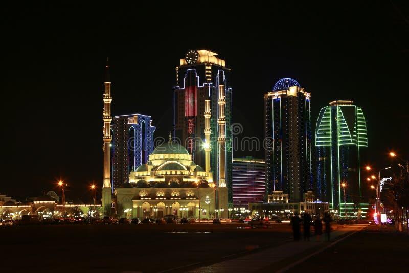 De Stadshigh-rise van Grozny gebouwen en een moskeehart van Tchetchenië royalty-vrije stock afbeelding