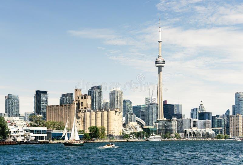De stadshorizon die van Toronto het oosten langs waterkant kijken royalty-vrije stock foto