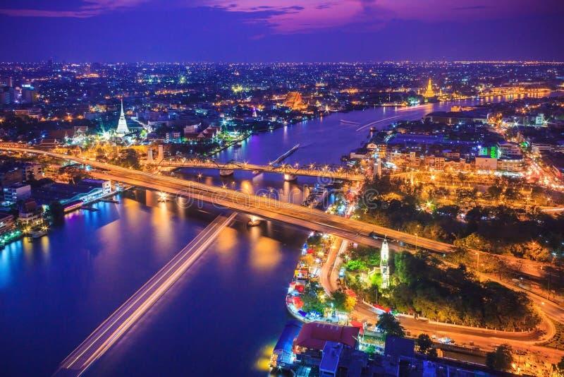 De stadshorizon en Chao Phraya River van Bangkok onder schemering evenin stock afbeeldingen