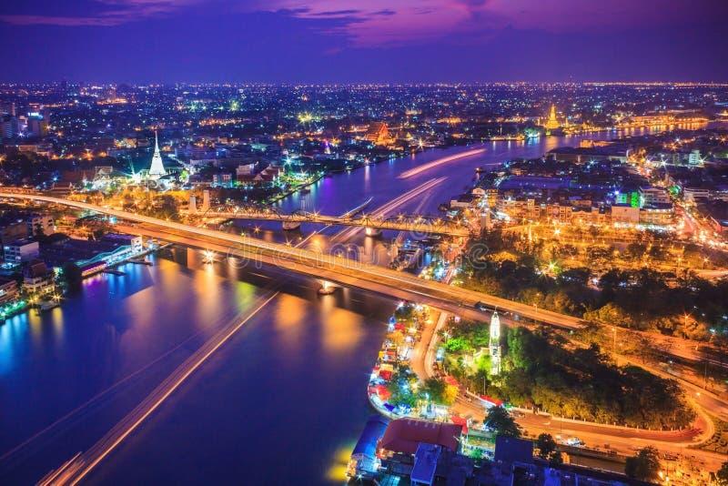 De stadshorizon en Chao Phraya River van Bangkok onder schemering evenin stock afbeelding