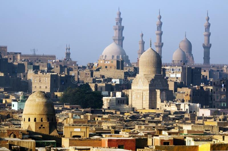 De stadshorizon en Piramides van Kaïro stock foto