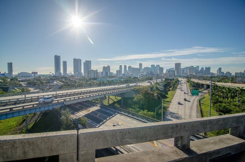 De stadshorizon en straten van Miami Florida stock afbeelding