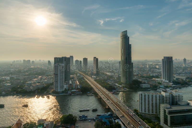 De stadshorizon en wolkenkrabber van Bangkok langs Chao-phrayarivier in s royalty-vrije stock foto