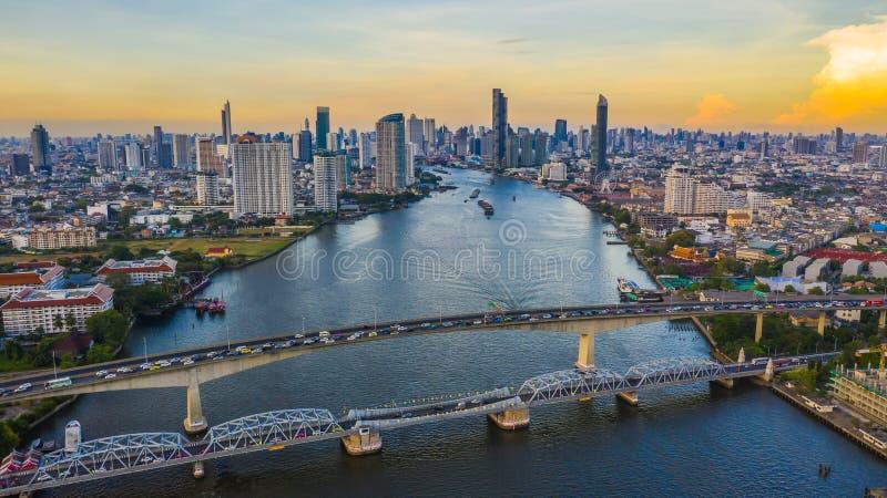 De stadshorizon en wolkenkrabber van Bangkok met de bedrijfs de stad in bouw in Bangkok, Chao Phraya River, Bangkok, Thailand royalty-vrije stock foto