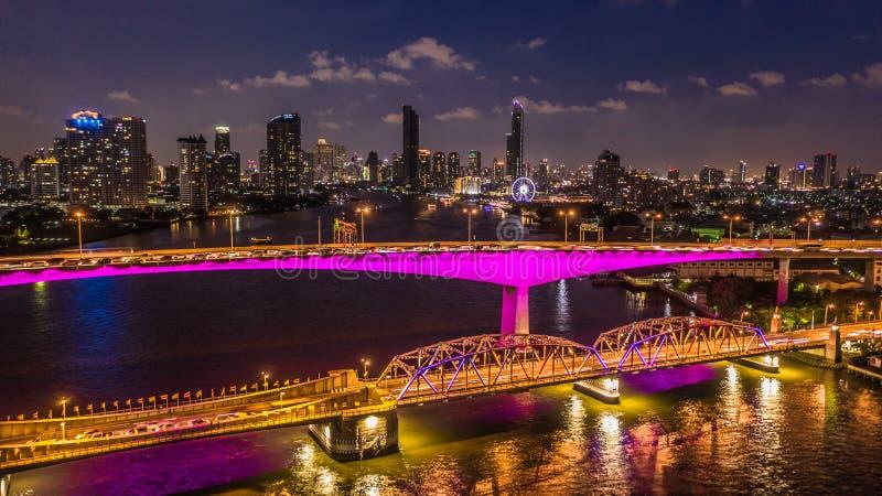 De stadshorizon en wolkenkrabber van satellietbeeldbangkok bij nacht met de bedrijfs de stad in bouw in Bangkok, Chao Phraya Rive royalty-vrije stock afbeeldingen