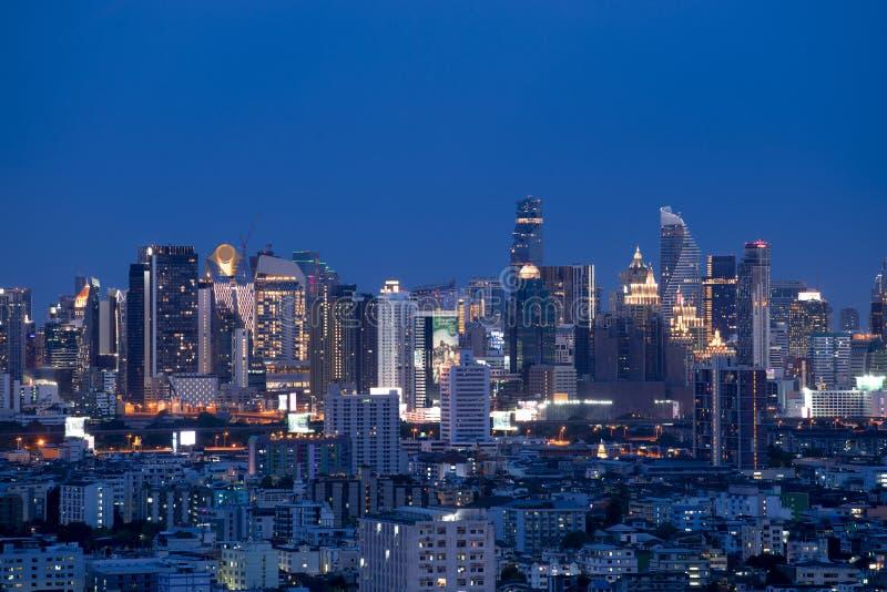 De stadshorizon van Bangkok bij nacht met het district en de zaken van de binnenstad, reis stock afbeelding
