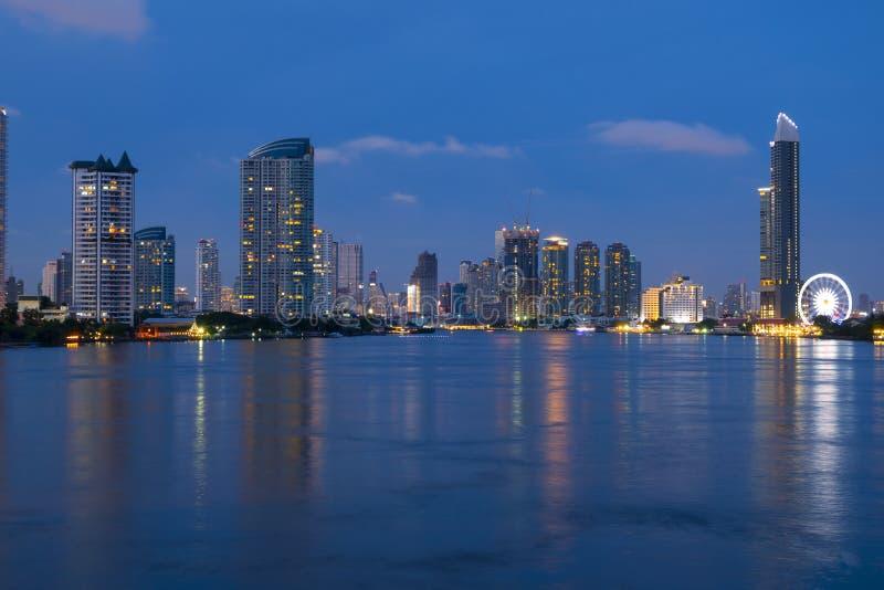 De stadshorizon van Bangkok met Chao Phraya-rivier stock foto's