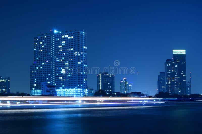 De stadshorizon van Bangkok van Chao Phraya River 's nachts Licht p royalty-vrije stock foto