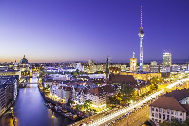 De stadshorizon van Berlijn bij zonsondergang royalty-vrije stock foto