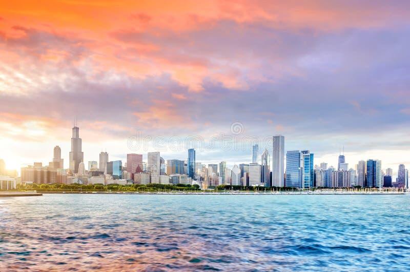 De de stadshorizon van de binnenstad van Chicago bij zonsondergang stock foto