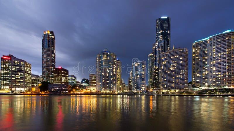 De Stadshorizon van Brisbane bij schemering 3 stock foto's